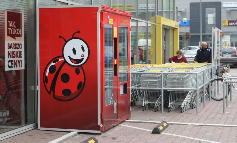 """Pierwszy w Polsce automat """"Biedronki"""" do całodobowych zakupów."""
