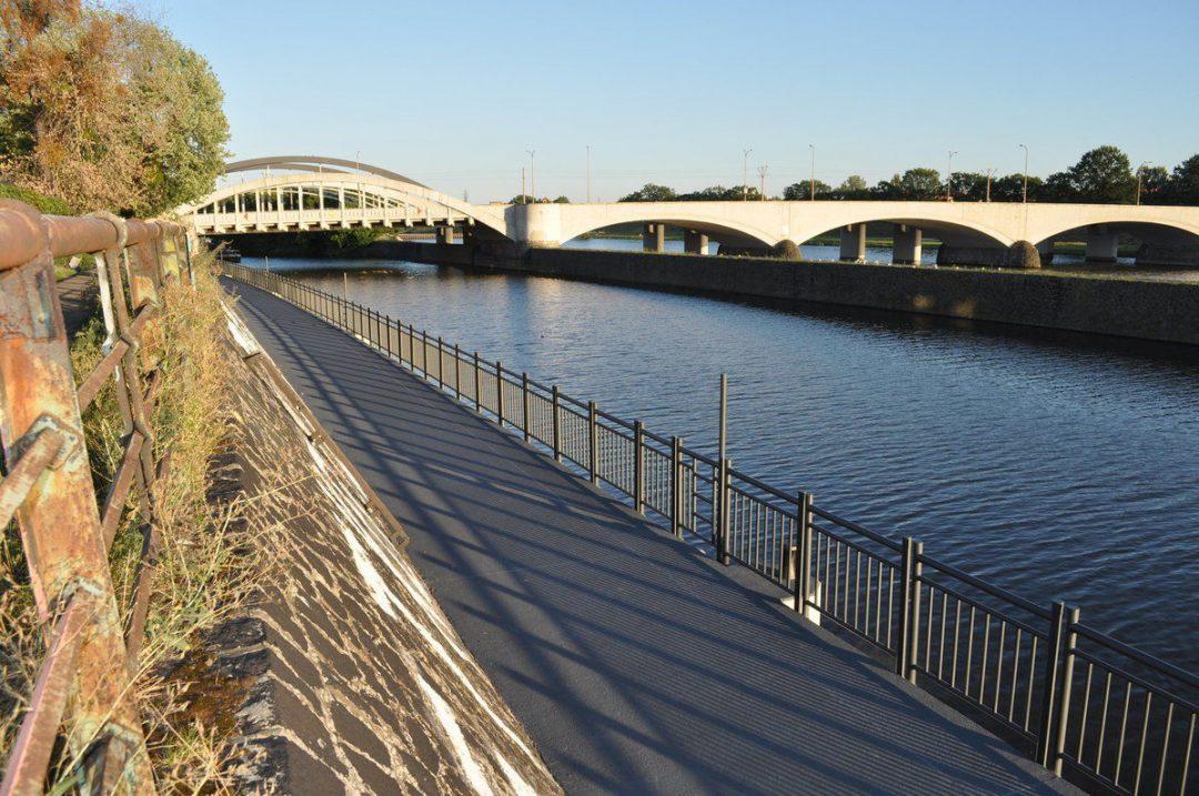 Zakończyli budowę ścieżki rowerowej pod mostami Warszawskimi – Miejsca we Wrocławiu.