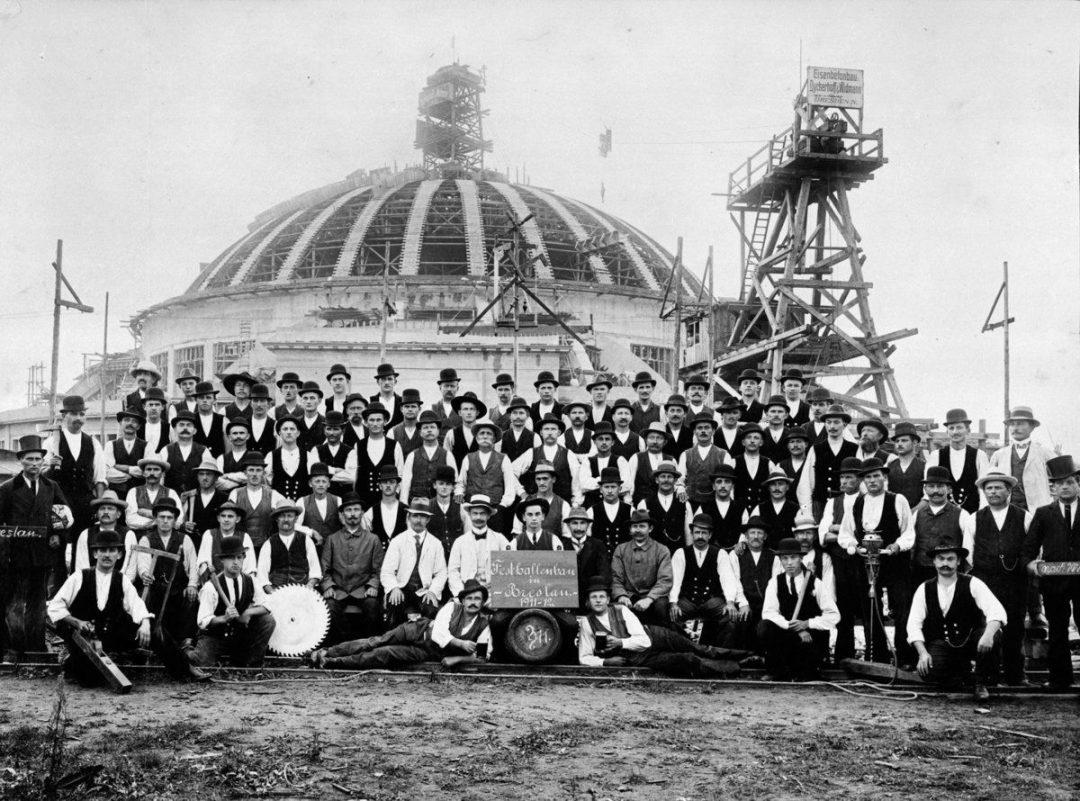 Unikalne zdjęcie ekipy budującej Halę Stulecia.