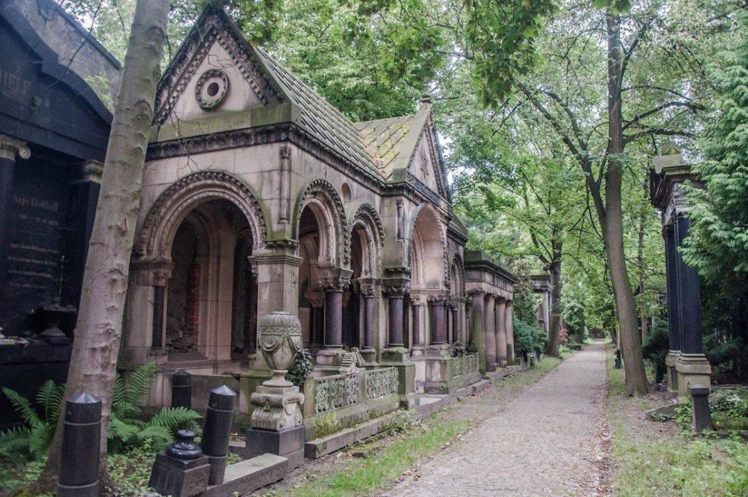 Odkryj tajemnice Starego Cmentarza Żydowskiego z przewodnikiem [KONKURS] – Miejsca we Wrocławiu.