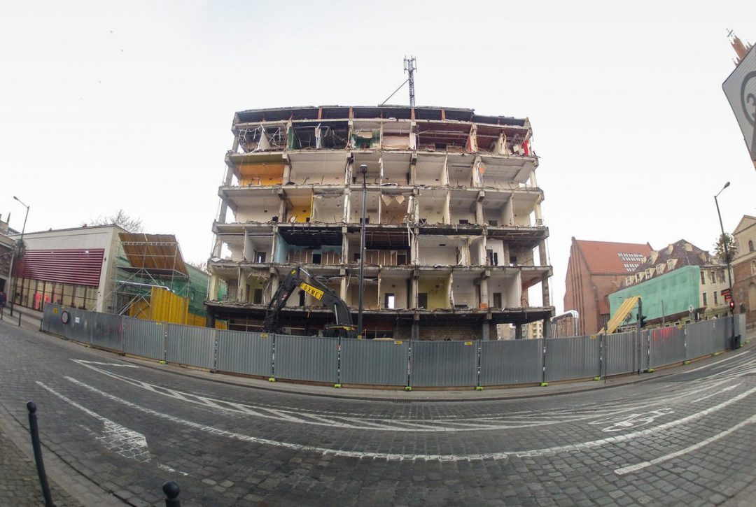 Burzą kolejny PRL-owski budynek przy ulicy Wita Stwosza. – Miejsca we Wrocławiu.