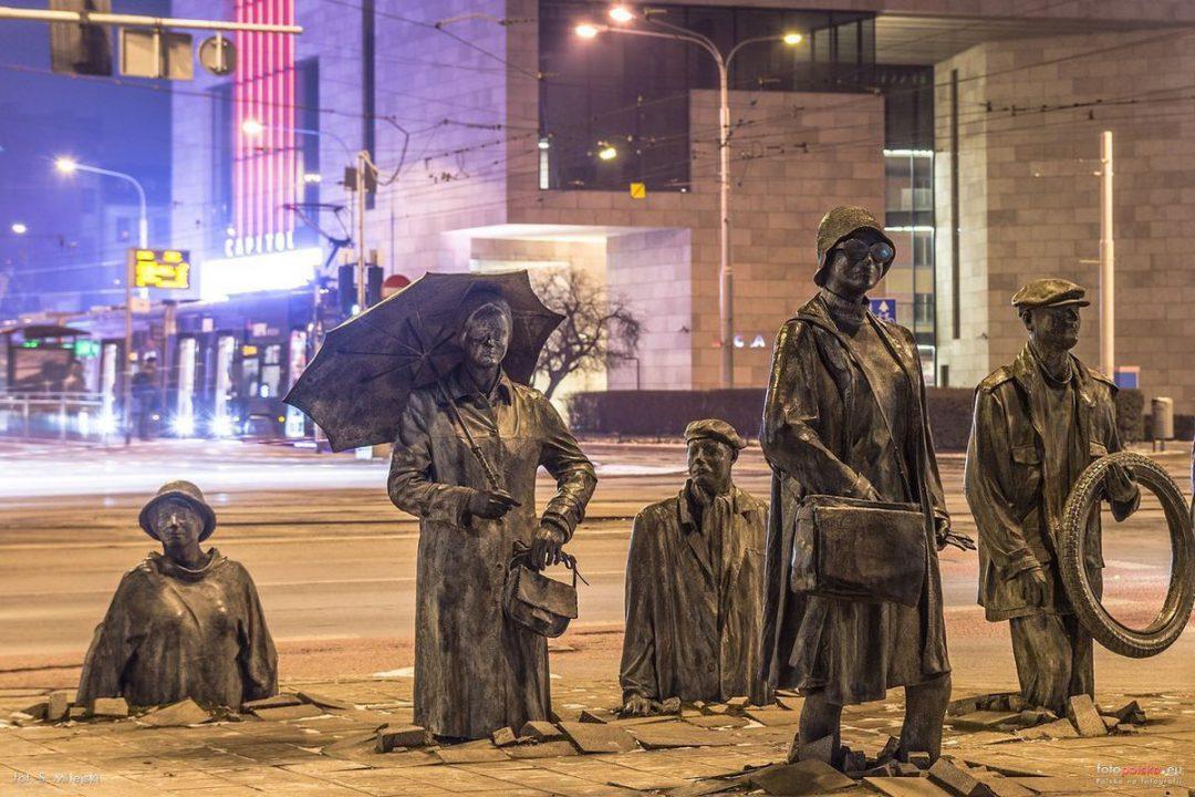 """Co symbolizuje instalacja rzeźbiarska """"Przejście 1977-2005""""?"""