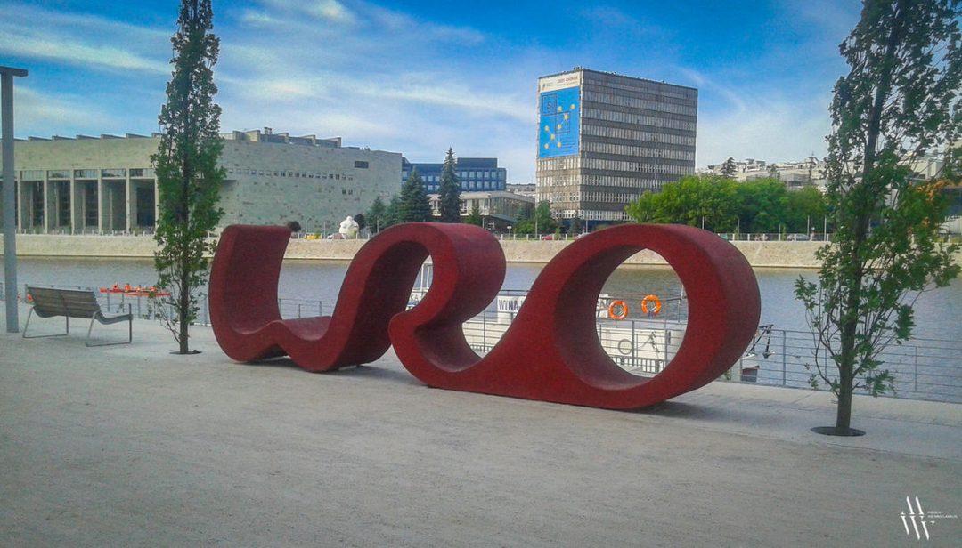 """Na bulwarze Kaczyńskich postawiono wielki napis """"WRO"""". – Miejsca we Wrocławiu."""