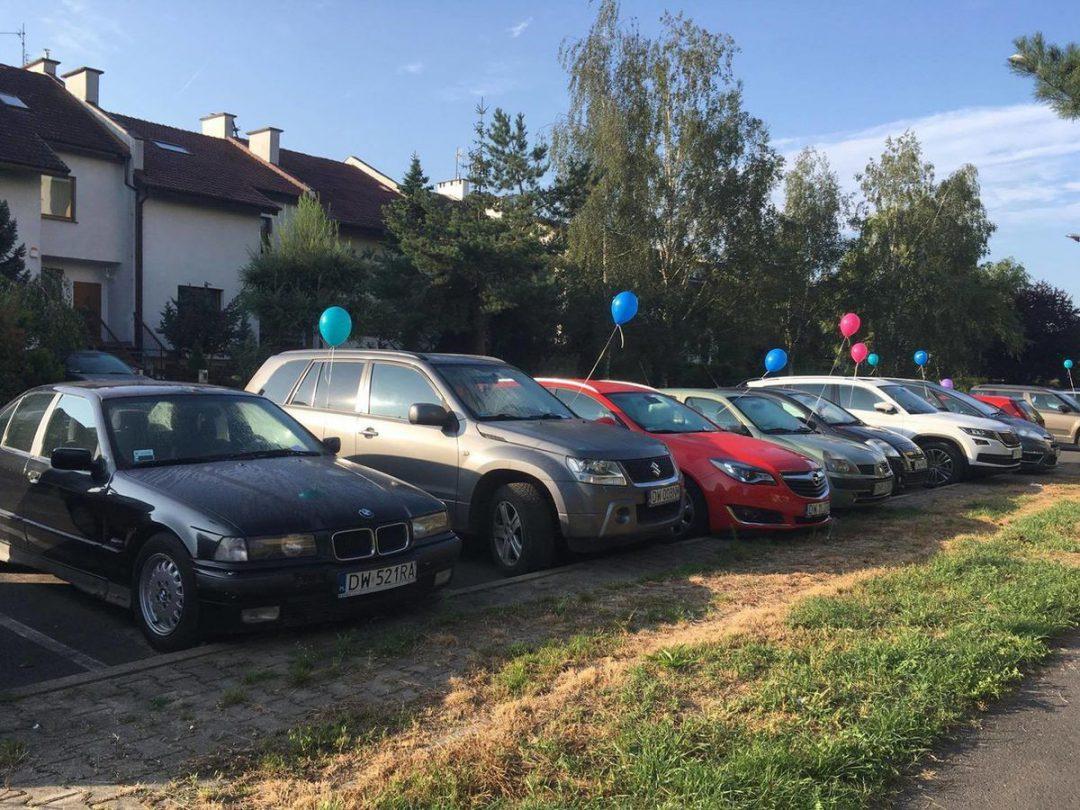 Rano mieszkańcy Bartoszowic, zastali przy swoich samochodach balony z helem. – Miejsca we Wrocławiu.
