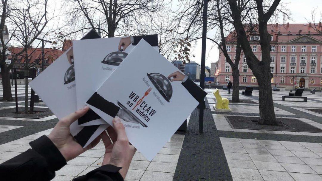 """Premiera przewodnika """"Wrocław na widelcu"""" autorstwa R. Makłowicza i P. Bikonta [KONKURS]. – MiejscaWeWroclawiu.pl"""
