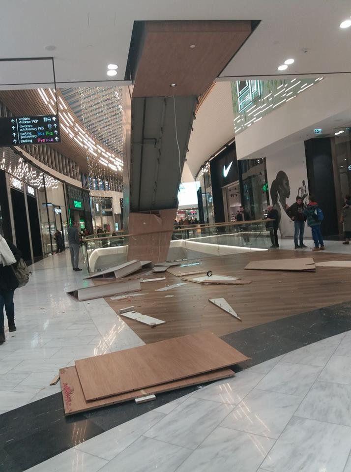 We Wroclavii odpadła dziś część zabudowy schodów. Na szczęście nikt nie ucierpiał… – MiejscaWeWroclawiu.pl
