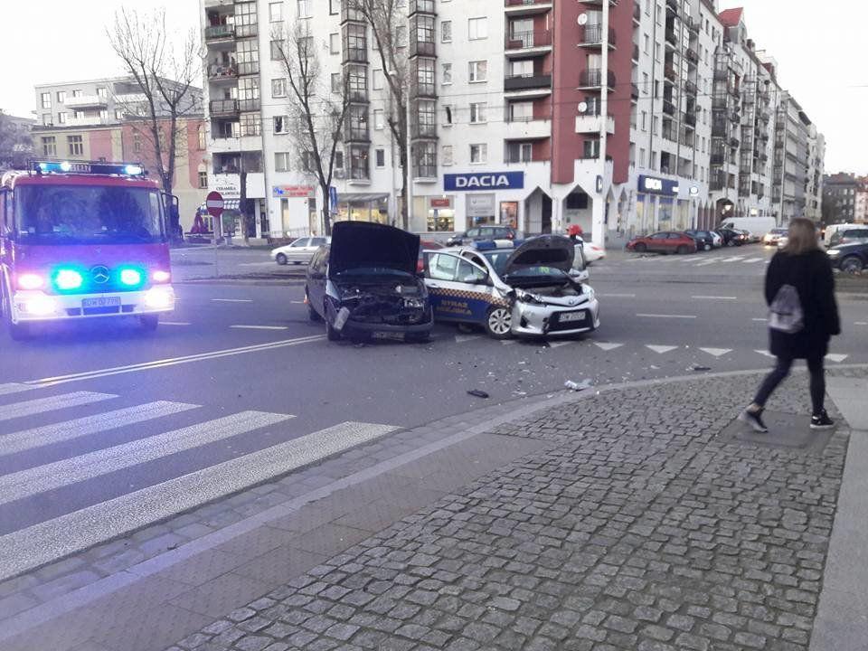 Kolizja przy Placu Bema z udziałem Straży Miejskiej [UTRUDNIENIA]. – MiejscaWeWroclawiu.pl