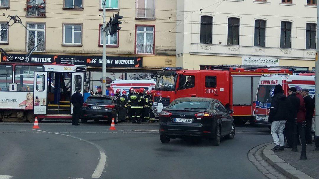 Wypadek przy ulicy Piłsudskiego. [UTRUDNIENIA]. – MiejscaWeWroclawiu.pl