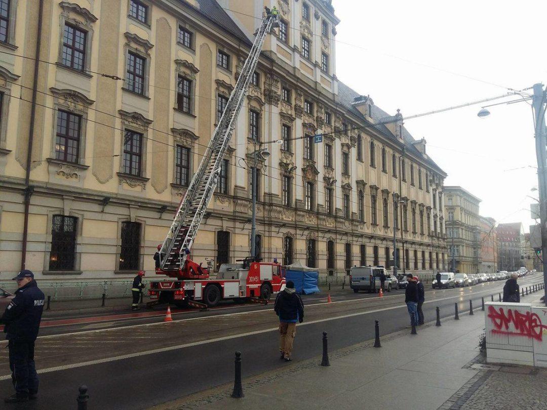Przy ul. Grodzkiej człowiek spadł z tarasu [UTRUDNIENIA RUCHU]. – MiejscaWeWroclawiu.pl