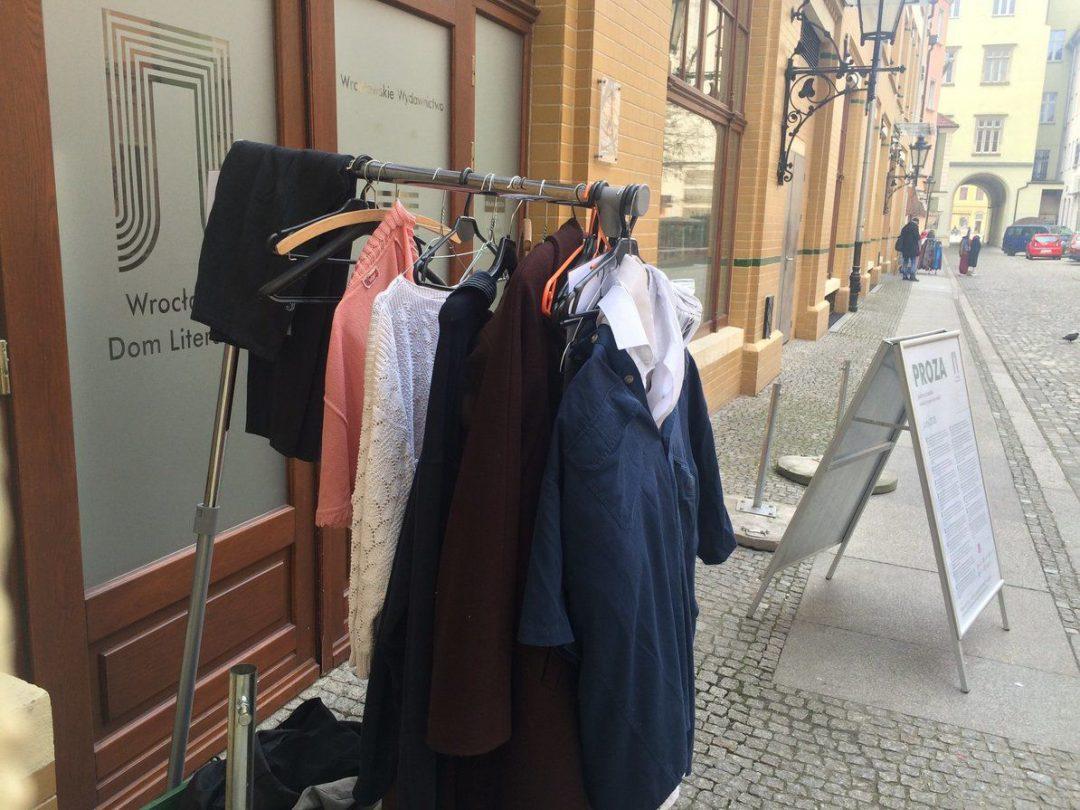 W Przejściu Garncarskim zostawisz niepotrzebną odzież aby pomóc potrzebującym. – MiejscaWeWroclawiu.pl