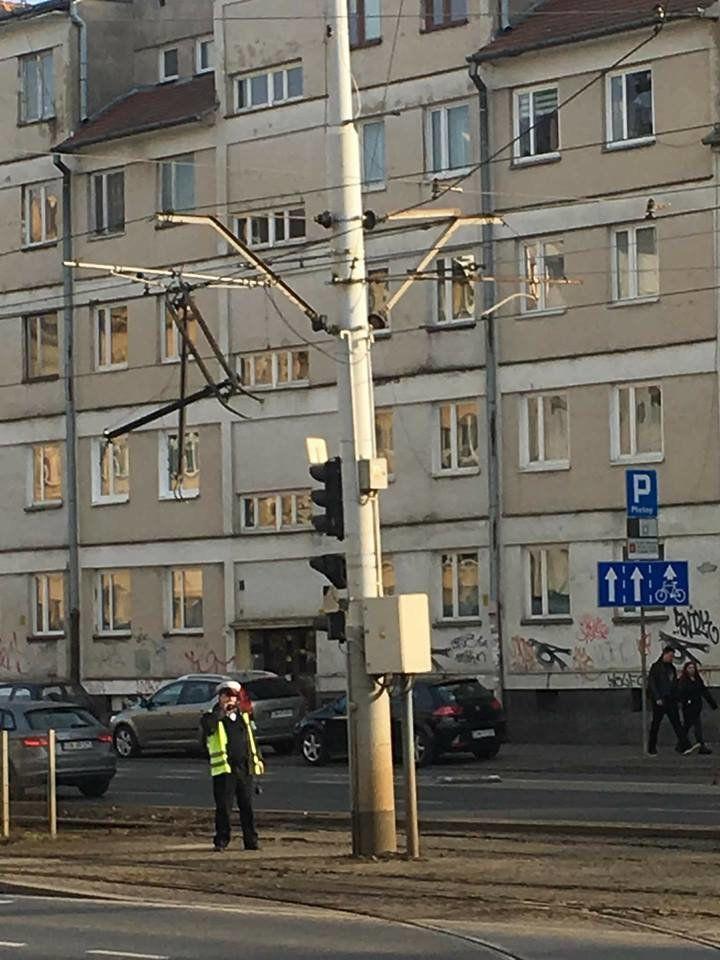 Uszkodzona trakcja na ulicy Kazimierza Wielkiego [OBJAZDY]. – MiejscaWeWroclawiu.pl