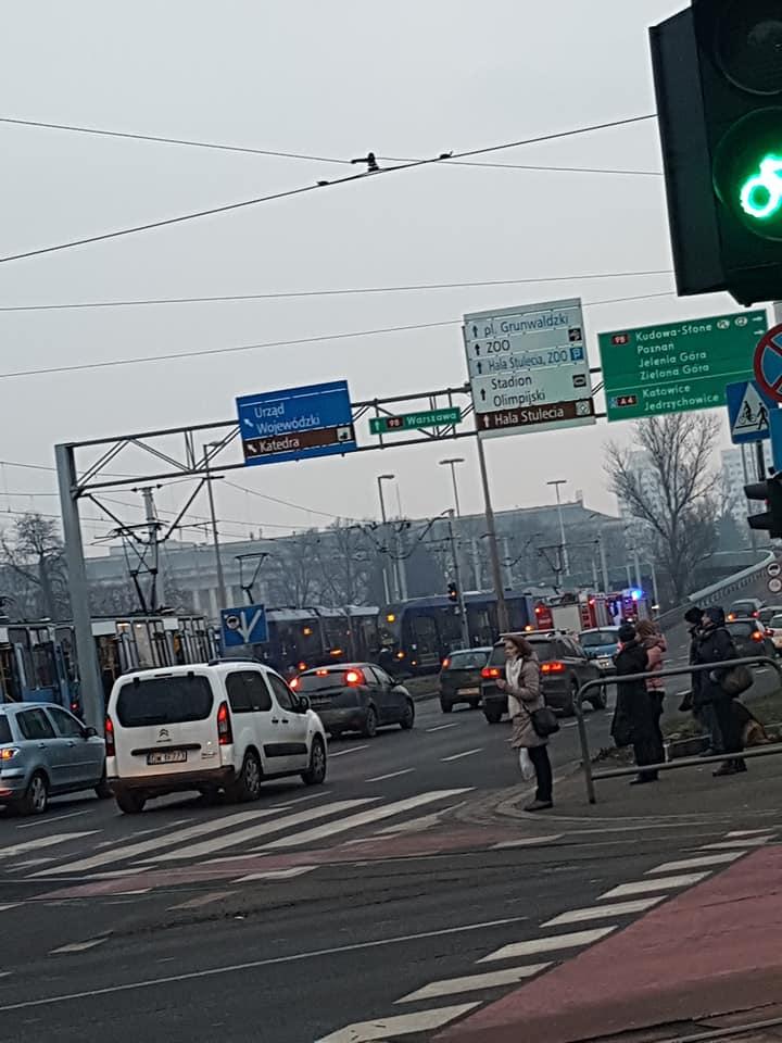 Wykolejenie tramwaju na placu Społecznym [UTRUDNIENIA]. – MiejscaWeWroclawiu.pl