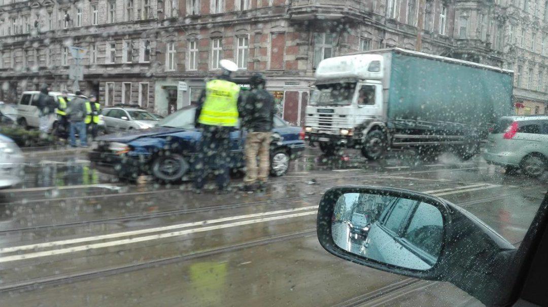 Kolizja na ulicy Traugutta [UTRUDNIENIA]. – MiejscaWeWroclawiu.pl