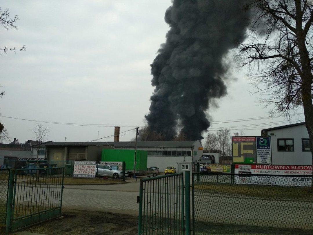 Trwa gaszenie pożaru na Księżu Wielkim. – MiejscaWeWroclawiu.pl