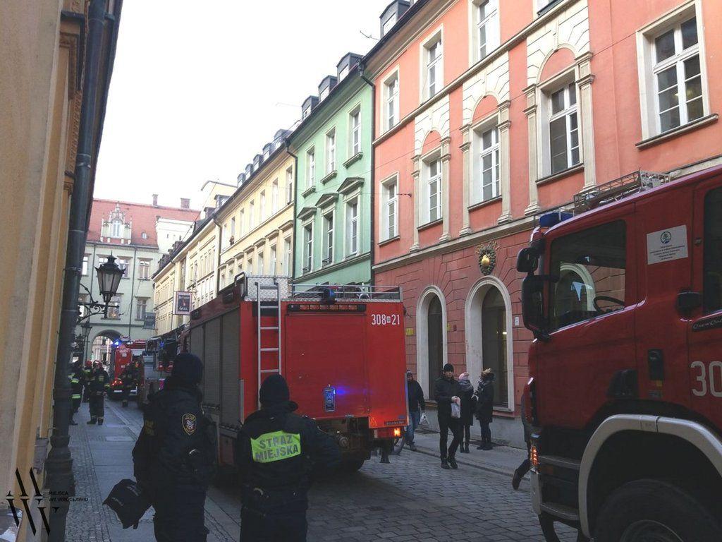 Trwa gaszanie pożaru w Sukiennicach [ZDJĘCIA]. – MiejscaWeWroclawiu.pl