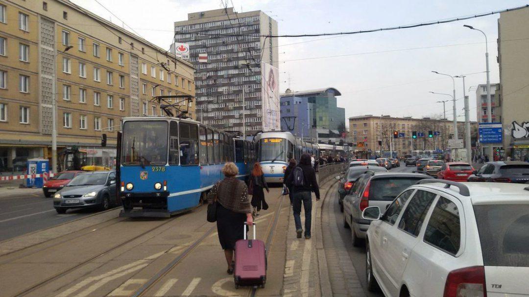 Uszkodzona sieć trakcyjna na Placu Legionów [OBJAZDY]. – MiejscaWeWroclawiu.pl