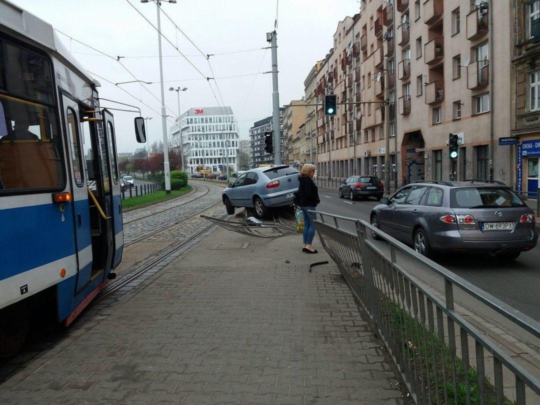 Przy ul. Dubois auto wjechało w barierki. – MiejscaWeWroclawiu.pl