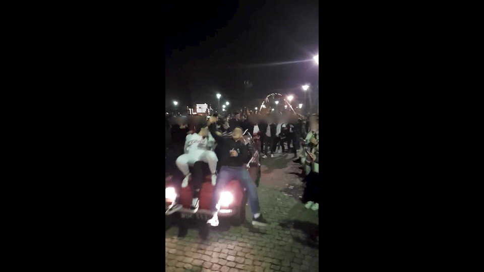 Młodzież jeździła po Wyspie Słodowej – fiatem 126p! [WIDEO] – MiejscaWeWroclawiu.pl