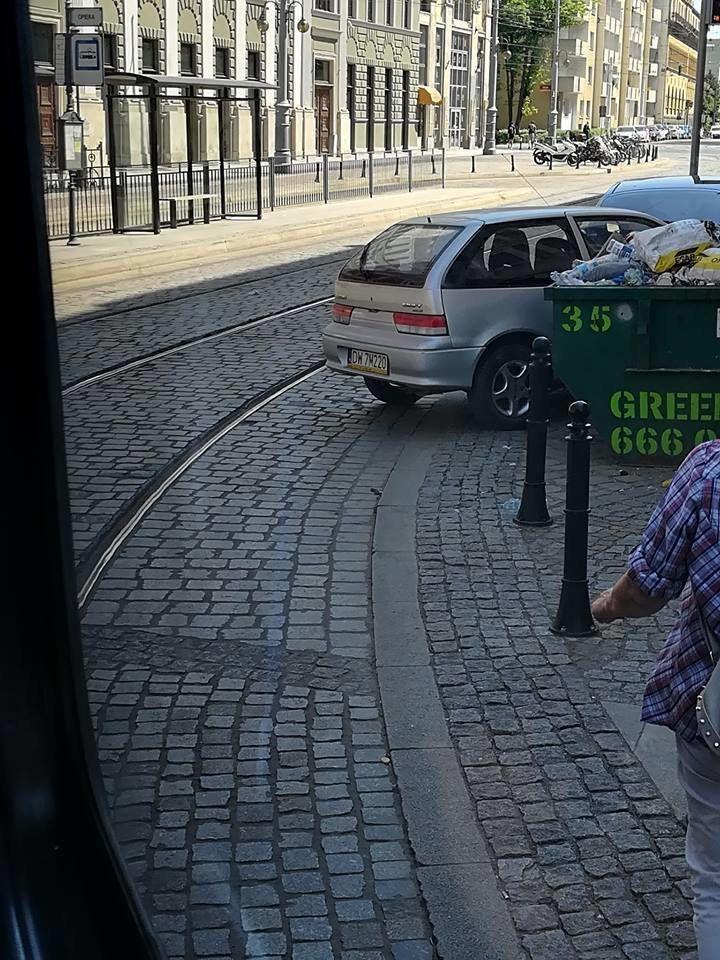 Utrudnienie na Placu Teatralnym przez źle zaparkowany samochód. – MiejscaWeWroclawiu.pl