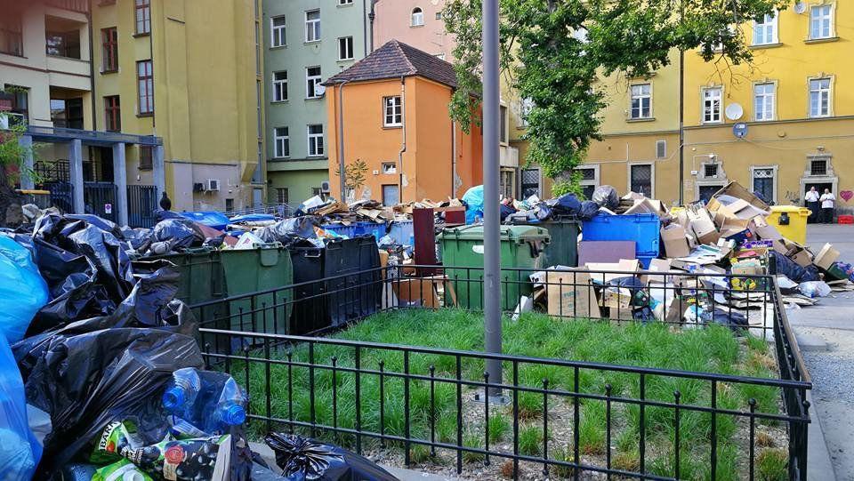 Podwórko przy Rynku przypomina wysypisko śmieci. – MiejscaWeWroclawiu.pl