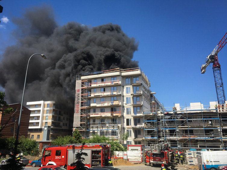 Trwa gaszenie pożaru przy ul. Tęczowej [ZDJĘCIA, WIDEO]. – MiejscaWeWroclawiu.pl