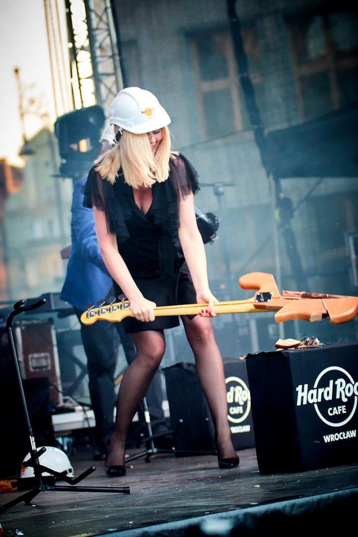 Gitary roztrzaskane – Hard Rock Cafe oficjalnie otwarte! – MiejscaWeWroclawiu.pl