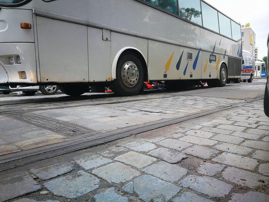 Tragiczny wypadek rowerzystki przy ul. Ślężnej. Dziecko przeżyło, kobieta zginęła. – MiejscaWeWroclawiu.pl