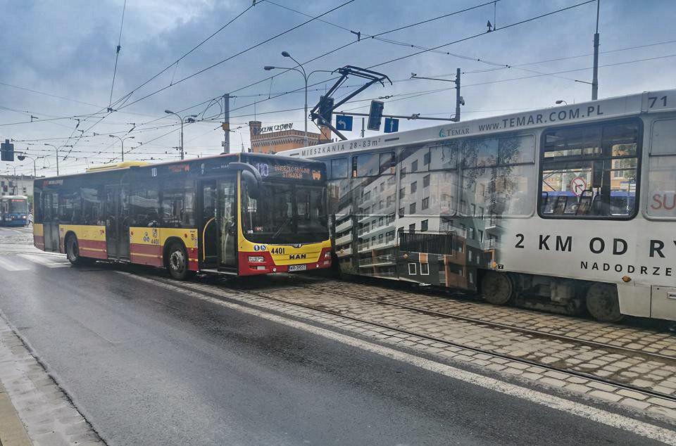 Kolizja autobusu z tramwajem [UTRUDNIENIA NA UL. PIŁSUDSKIEGO]. – MiejscaWeWroclawiu.pl