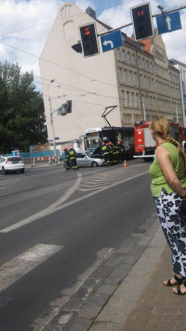 Zderzenie samochodu z tramwajem przy ul. Piłsudskiego. – MiejscaWeWroclawiu.pl
