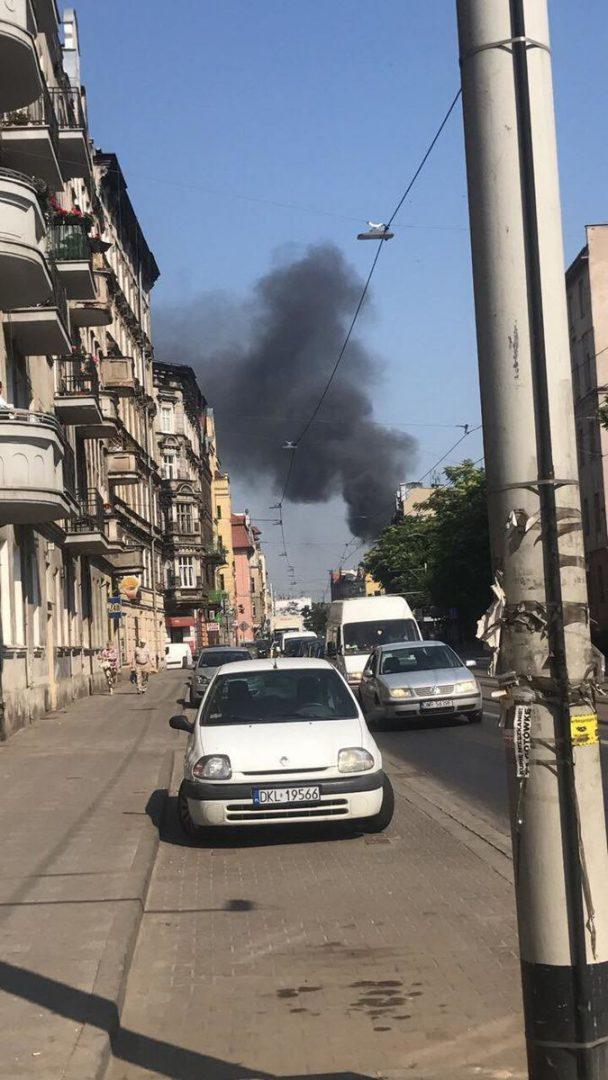 Trwa gaszenie pożaru przy ul. Traugutta. – MiejscaWeWroclawiu.pl