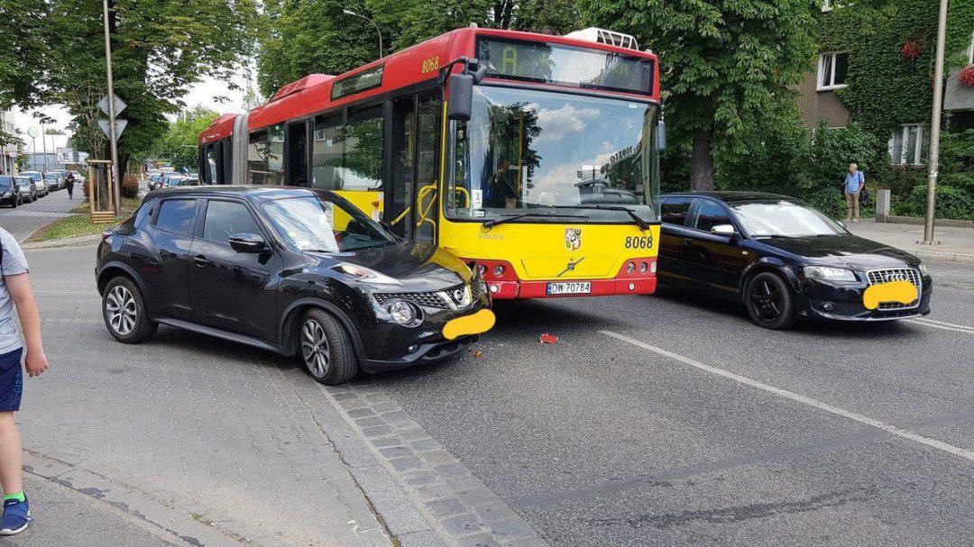 Kolizja autobusu z samochodem osobowym przy al. Kromera. – MiejscaWeWroclawiu.pl