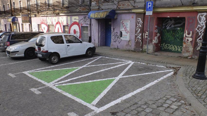 """""""Zielone koperty"""" nie są znakami, więc mogą parkować na nich wszystkie samochody. – MiejscaWeWroclawiu.pl"""