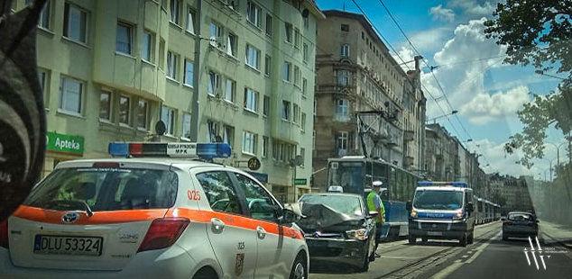 Zderzenie tramwaju z taksówką [UTRUDNIENIA]. – MiejscaWeWroclawiu.pl