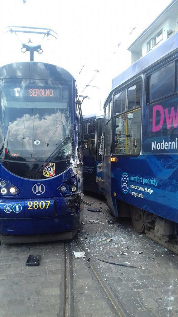 Zderzenie tramwajów przy ulicy Teatralnej [UTRUDNIENIA]. – MiejscaWeWroclawiu.pl
