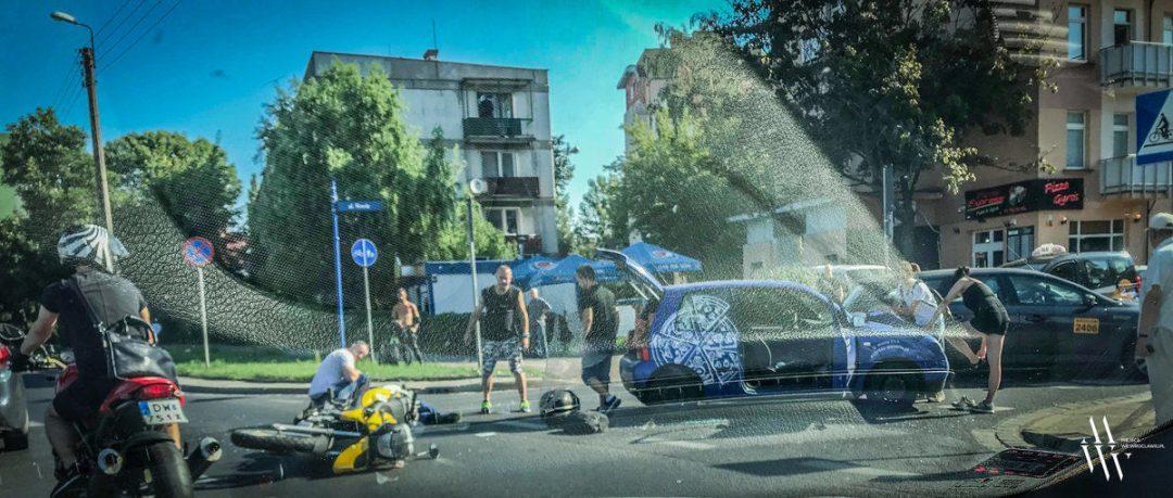 Kolizja samochodu z motocyklem przy ul. Borowskiej. – MiejscaWeWroclawiu.pl