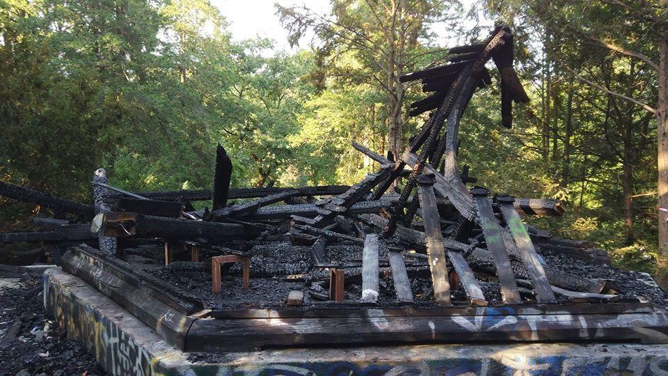 Spłonęła zabytkowa altana, która znajdowała się w Parku Południowym. – MiejscaWeWroclawiu.pl