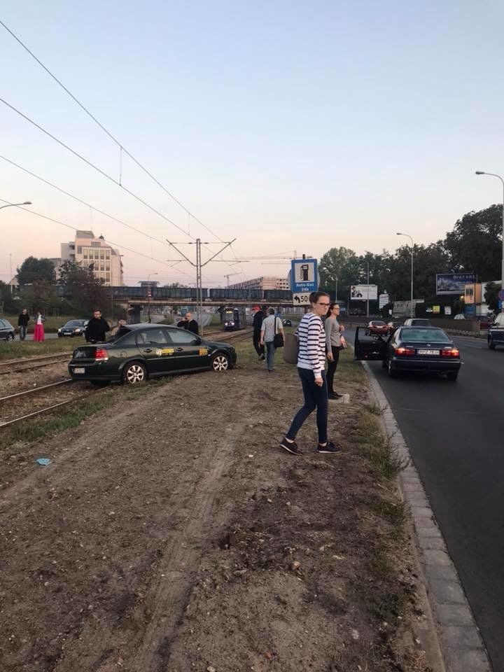 Wypadek taksówki przy ul. Legnickiej. – MiejscaWeWroclawiu.pl