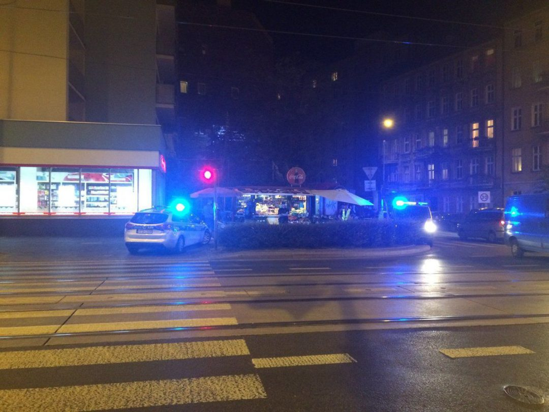 Atak nożownika na Wrocławskim Ołbinie – trwają poszukiwania sprawcy. – MiejscaWeWroclawiu.pl