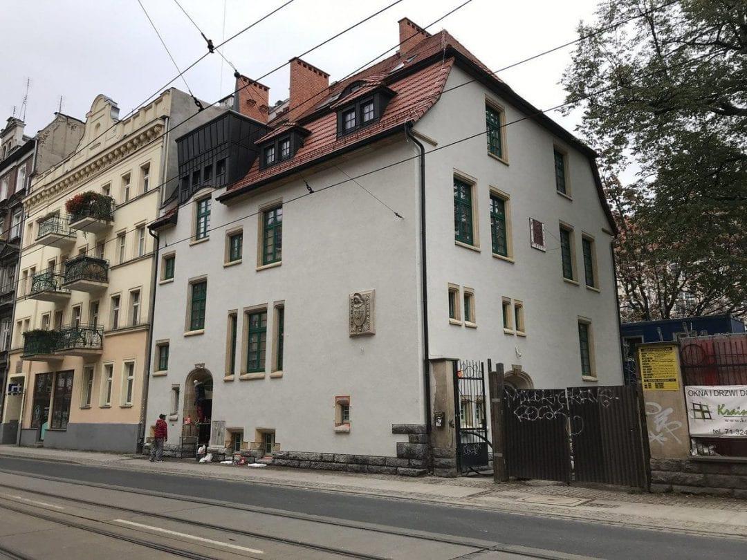 Remont zabytkowego budynku przy ul. Poniatowskiego, dobiega końca [ZDJĘCIA]. – MiejscaWeWroclawiu.pl