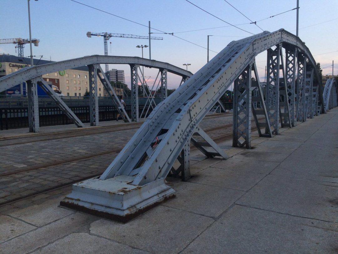 Przy mostach Mieszczańskich wyłowiono ciało mężczyzny.