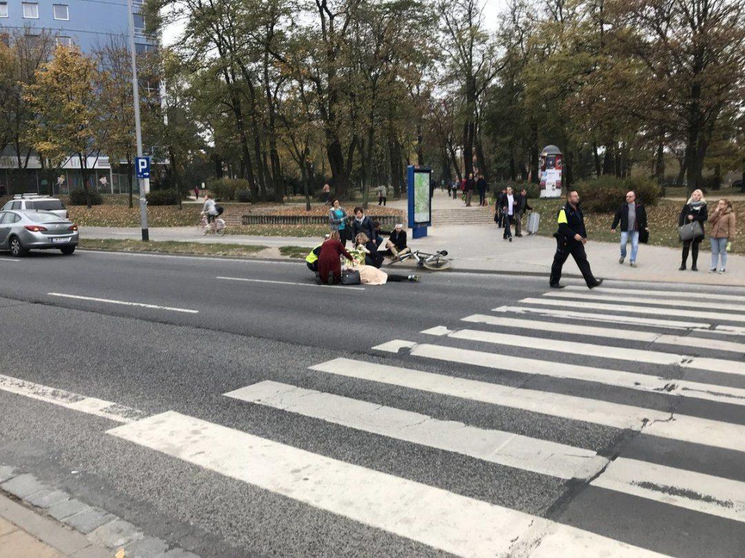 Wypadek przy ul. Legnickiej. Ranna jest kobieta oraz rowerzysta.
