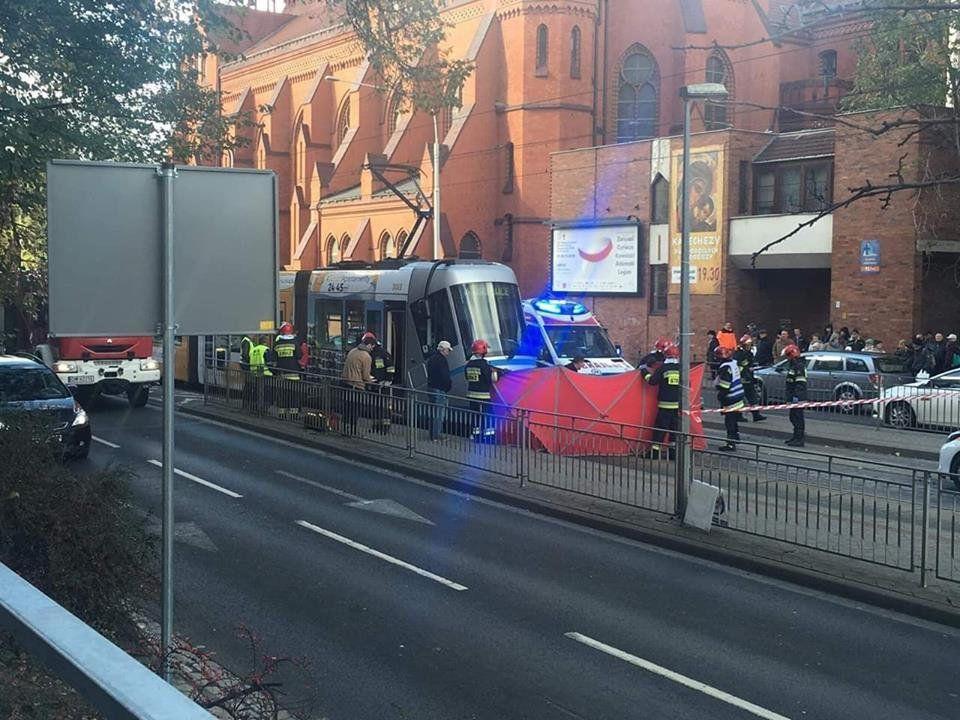Tramwaj na ulicy Grabiszyńskiej potrącił starszą kobietę [UTRUDNIENIA].