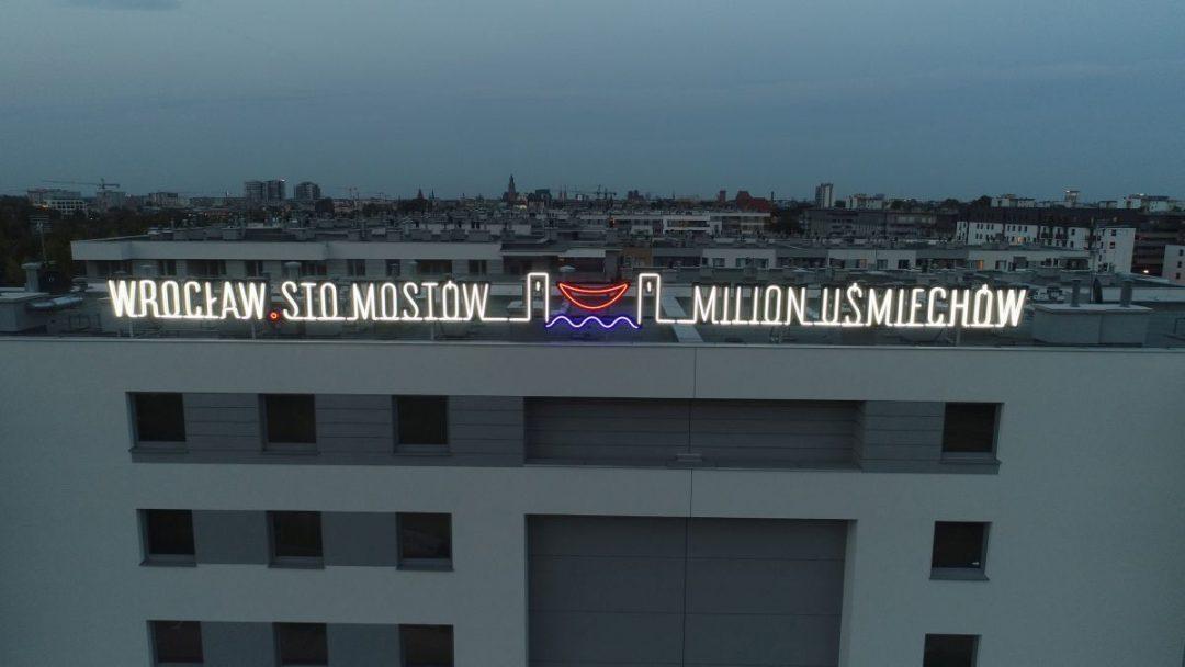 """""""Wrocław. Sto mostów – milion uśmiechów"""", nowy neon we Wrocławiu."""