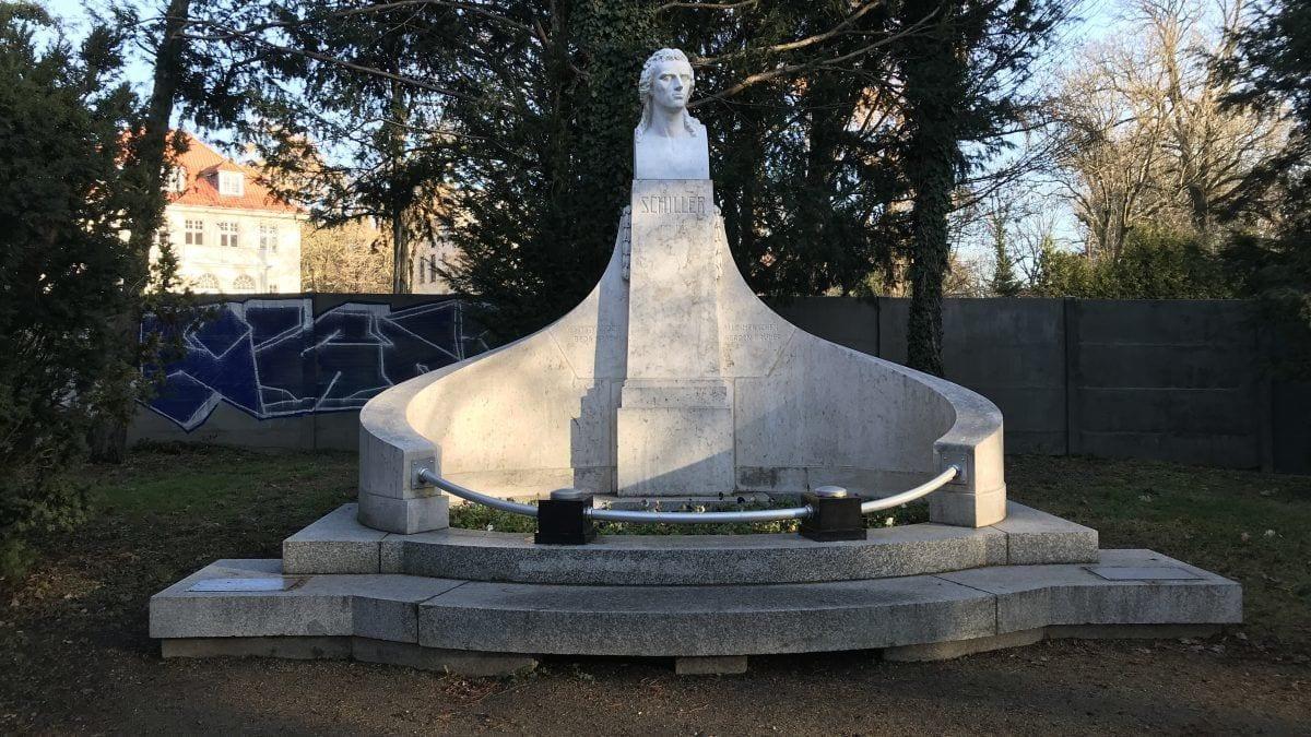 Pomnik Fryderyka Schillera – zniszczony podczas wojny, odbudowany w 1995 roku.