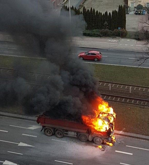 Na ulicy Lotniczej pali się ciężarówka! [WIDEO]