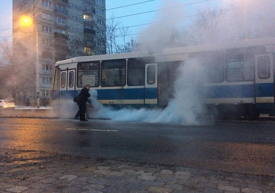 Na ulicy Grabiszyńskiej pali się tramwaj.
