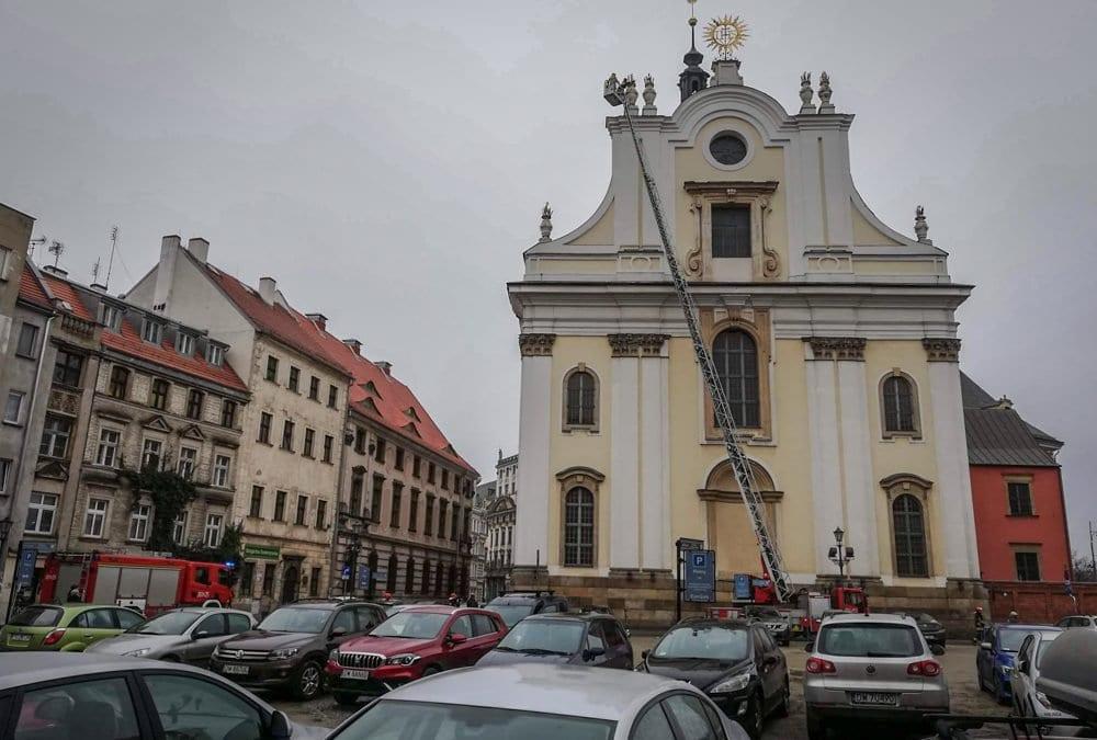 Z kościoła przy placu Uniwersyteckim spadają betonowe elementy.