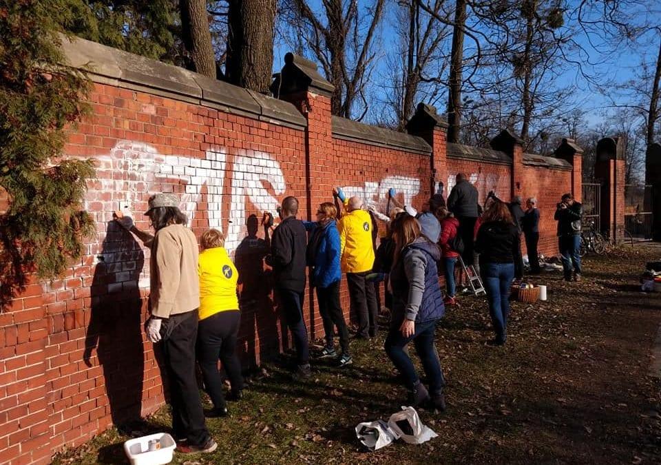 Wrocławianie wspólnymi siłami usunęli napis z muru zabytkowego cmentarza żydowskiego, a w nocy znów ktoś go namalował…