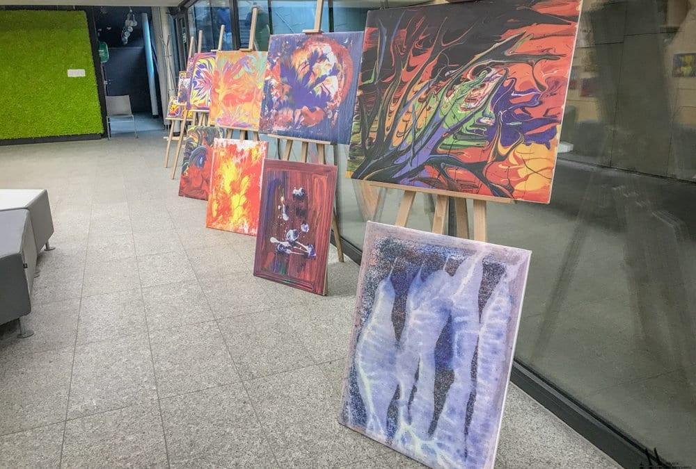 Wystawa obrazów 7-letniej Oli Sikorowskiej, która cierpi na autyzm.