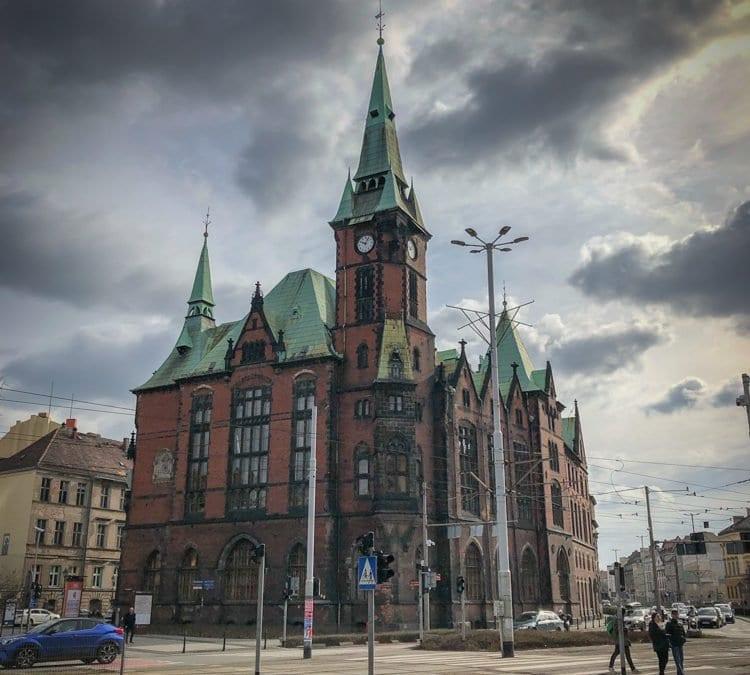 Co łączy Bramę Brandenburską w Berlinie z Wrocławiem oraz historia dawnej Biblioteki Uniwersyteckiej we Wrocławiu.